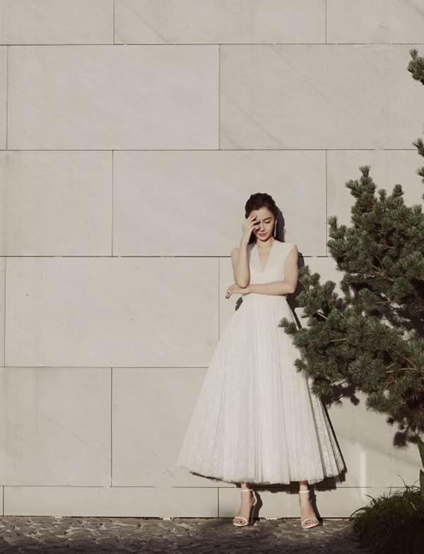 Angelababy diện váy khoét sâu 'lấp ló' vòng một căng đầy-9
