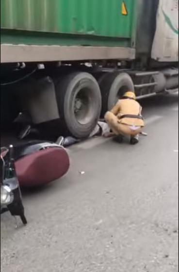 Cô gái bị bánh xe container chèn lên người - hiện trường vụ tai nạn ám ảnh nhất chiều nay-2