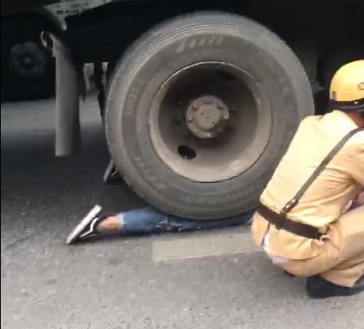 Cô gái bị bánh xe container chèn lên người - hiện trường vụ tai nạn ám ảnh nhất chiều nay-3