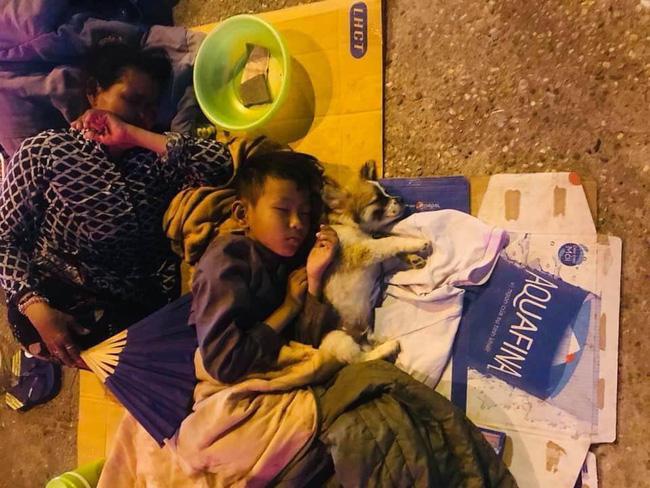 Giữa đêm Sài Gòn, gia đình 3 thành viên ôm nhau ngủ vùi dưới ánh đèn đường leo lét gây xúc động mạnh-1