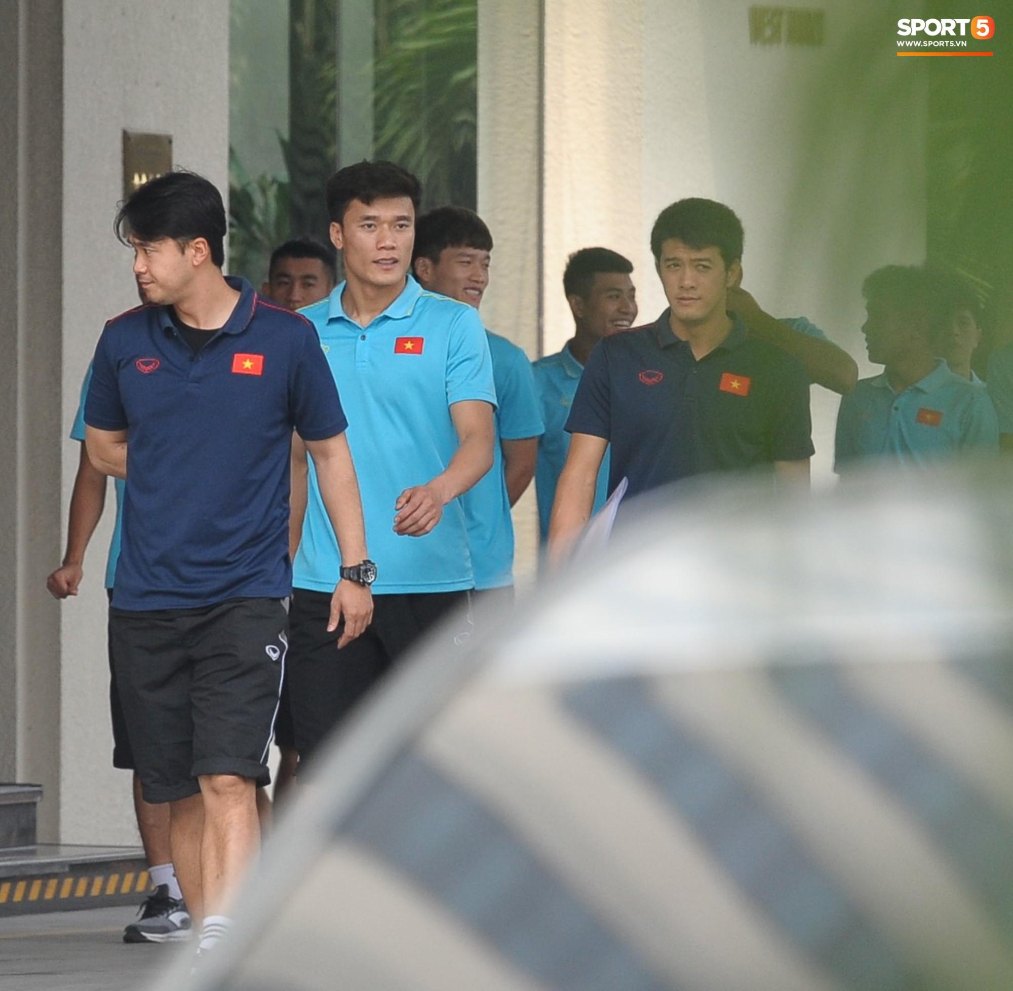 Quang Hải, Đình Trọng nhăn nhó khi đi bộ thể dục lúc 12h trưa-1