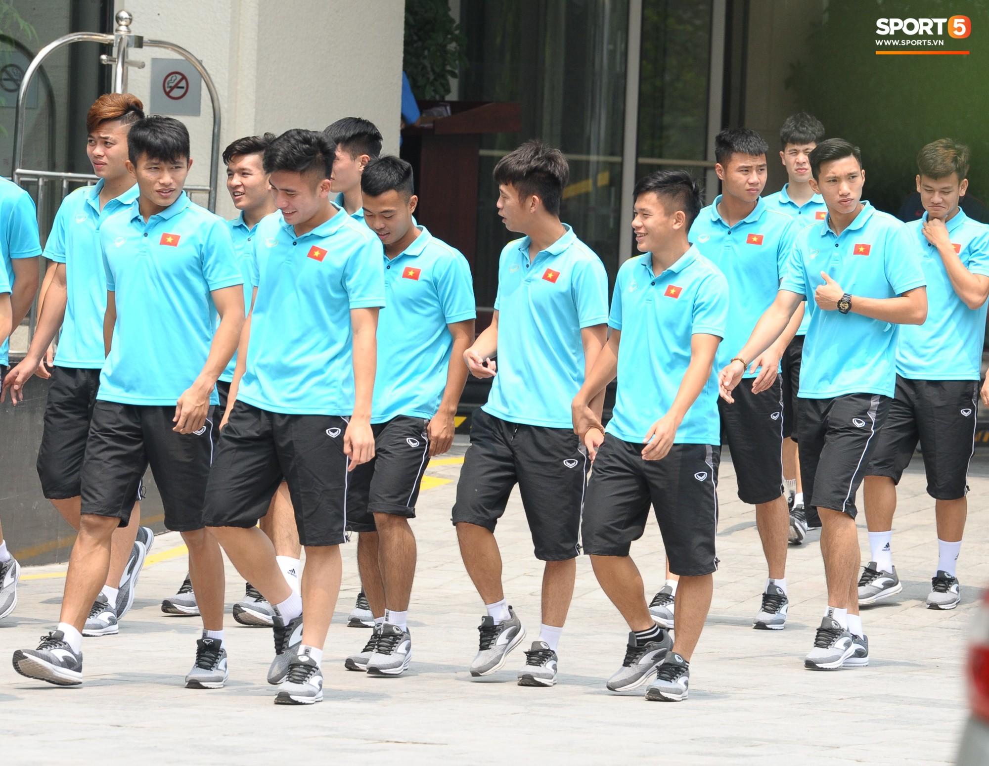 Quang Hải, Đình Trọng nhăn nhó khi đi bộ thể dục lúc 12h trưa-2