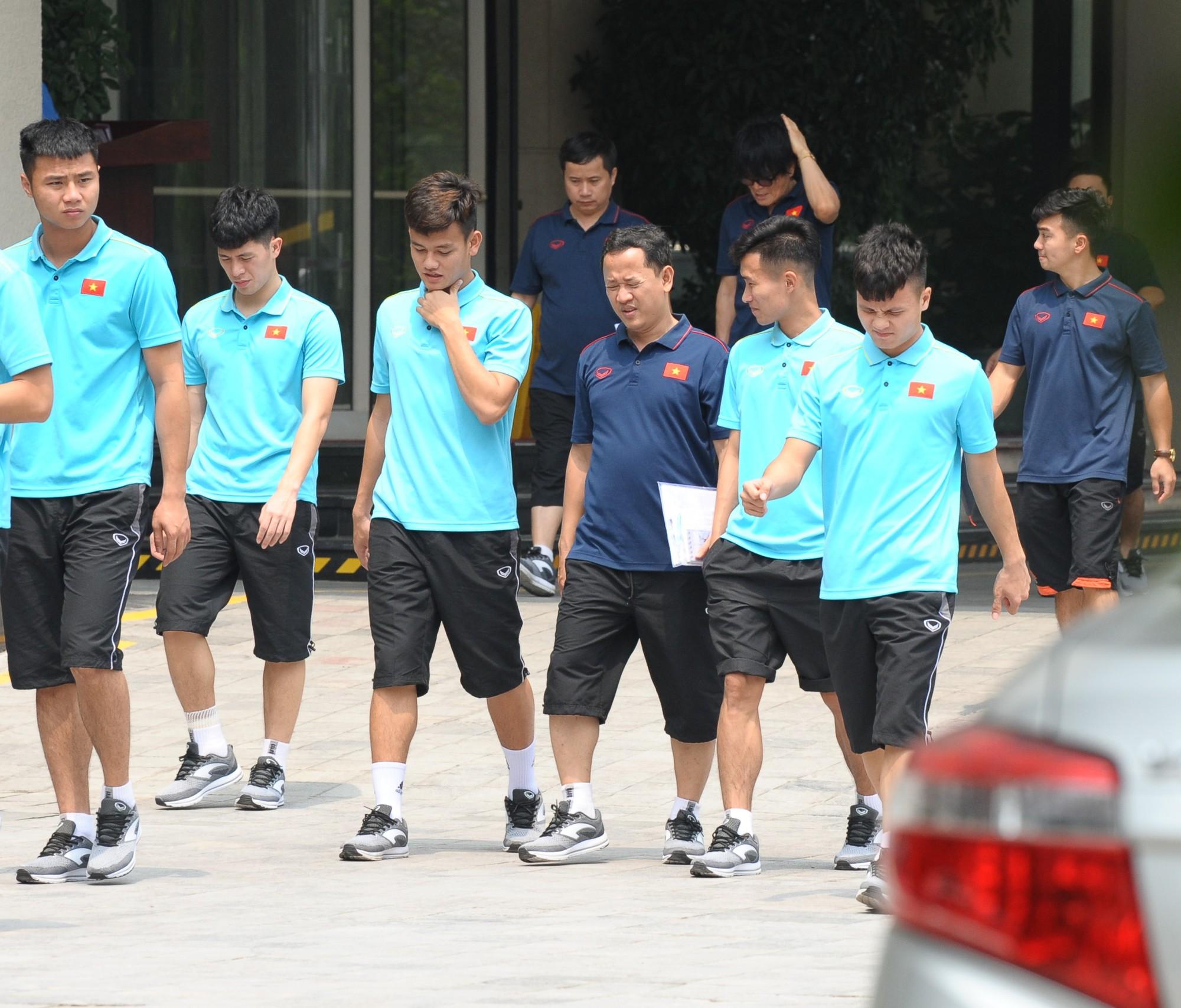 Quang Hải, Đình Trọng nhăn nhó khi đi bộ thể dục lúc 12h trưa-3