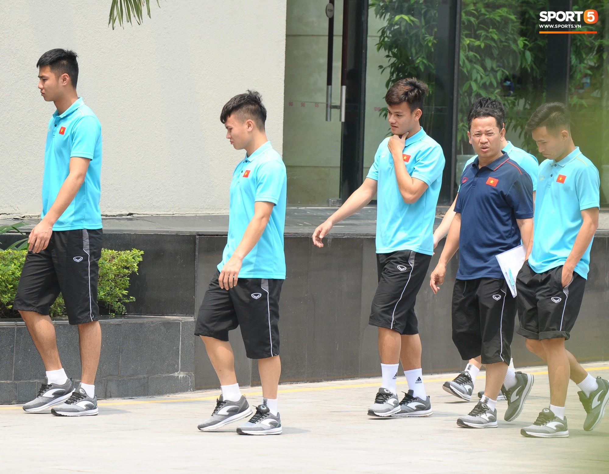 Quang Hải, Đình Trọng nhăn nhó khi đi bộ thể dục lúc 12h trưa-4