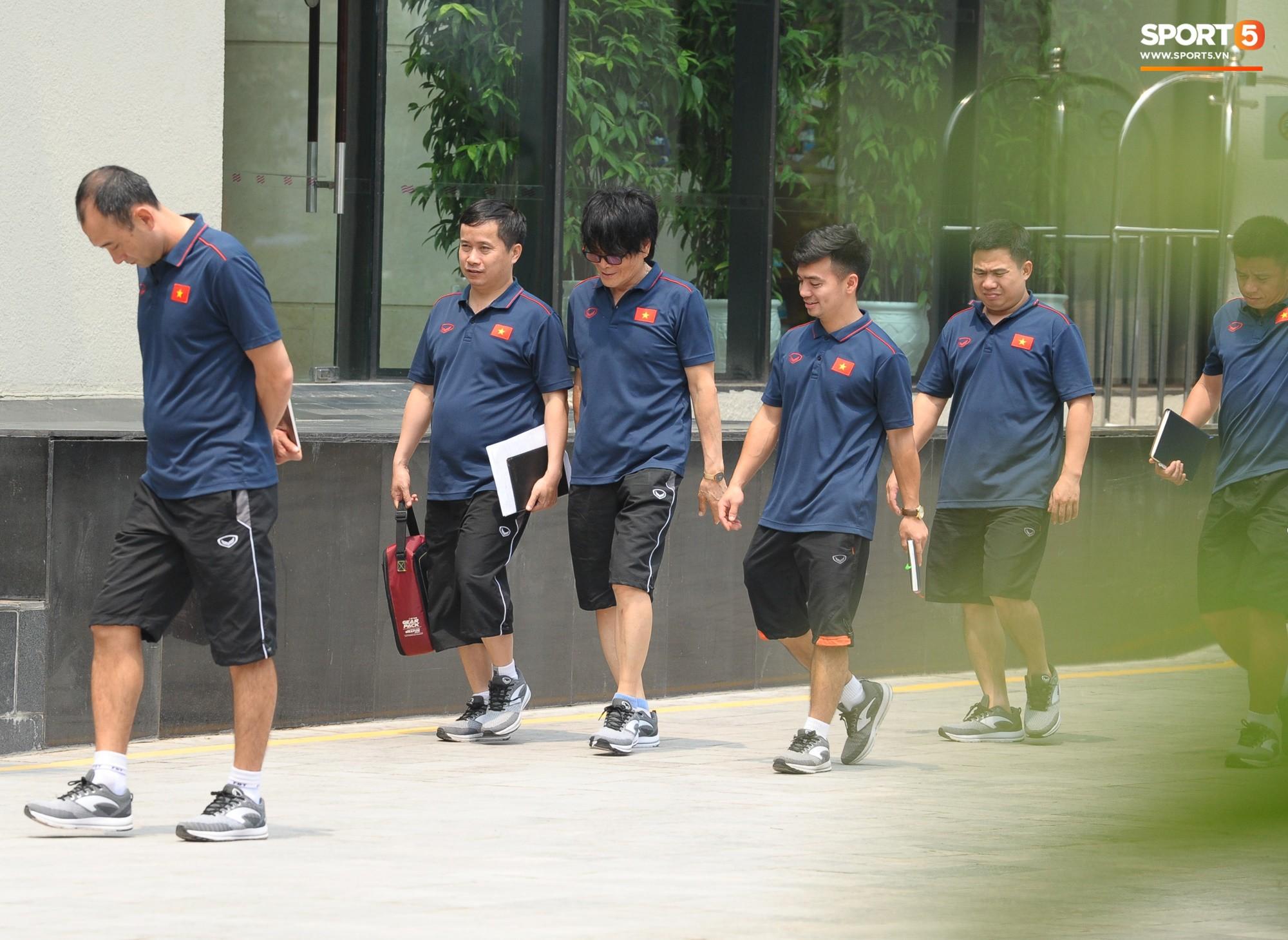 Quang Hải, Đình Trọng nhăn nhó khi đi bộ thể dục lúc 12h trưa-8