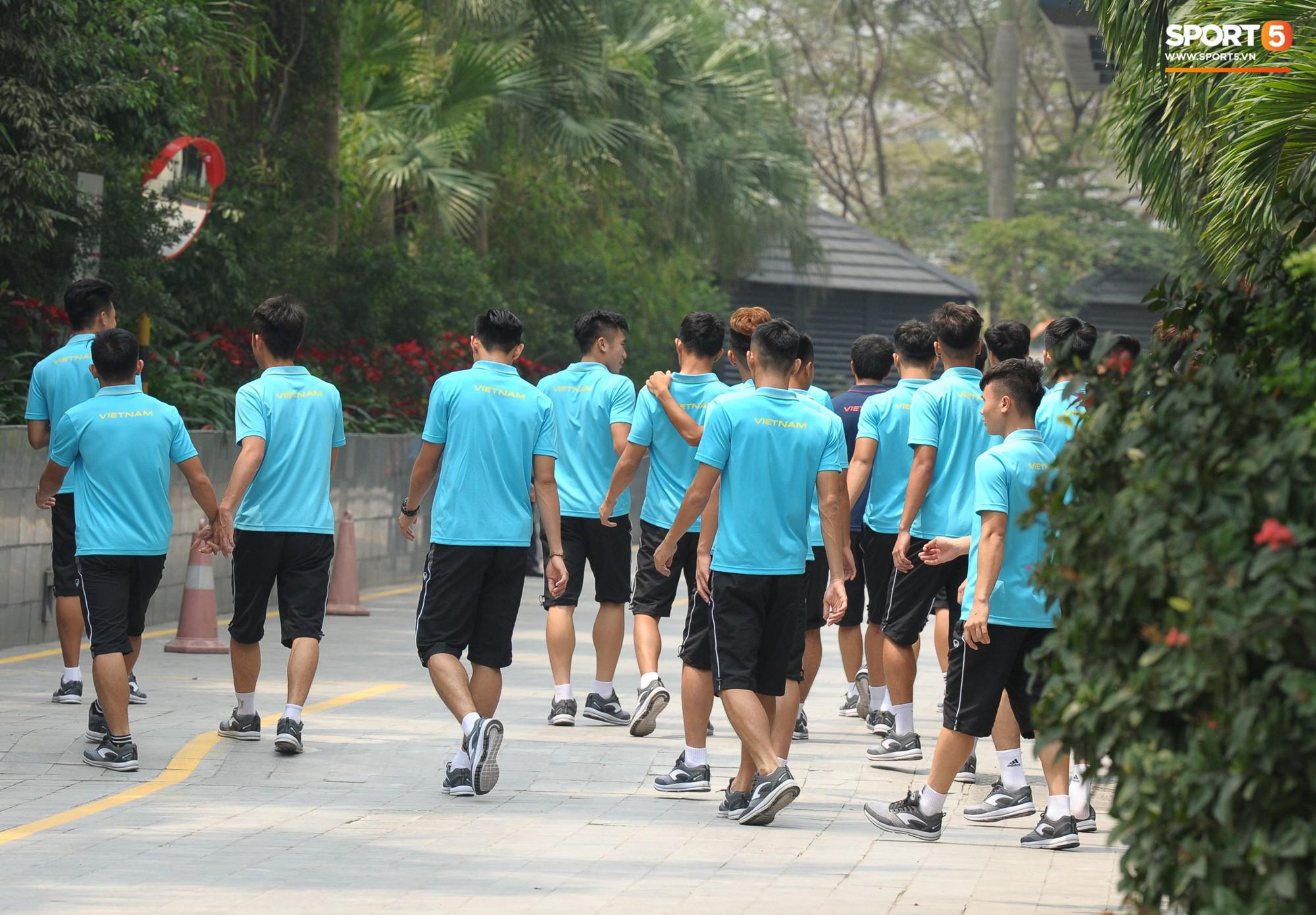 Quang Hải, Đình Trọng nhăn nhó khi đi bộ thể dục lúc 12h trưa-7