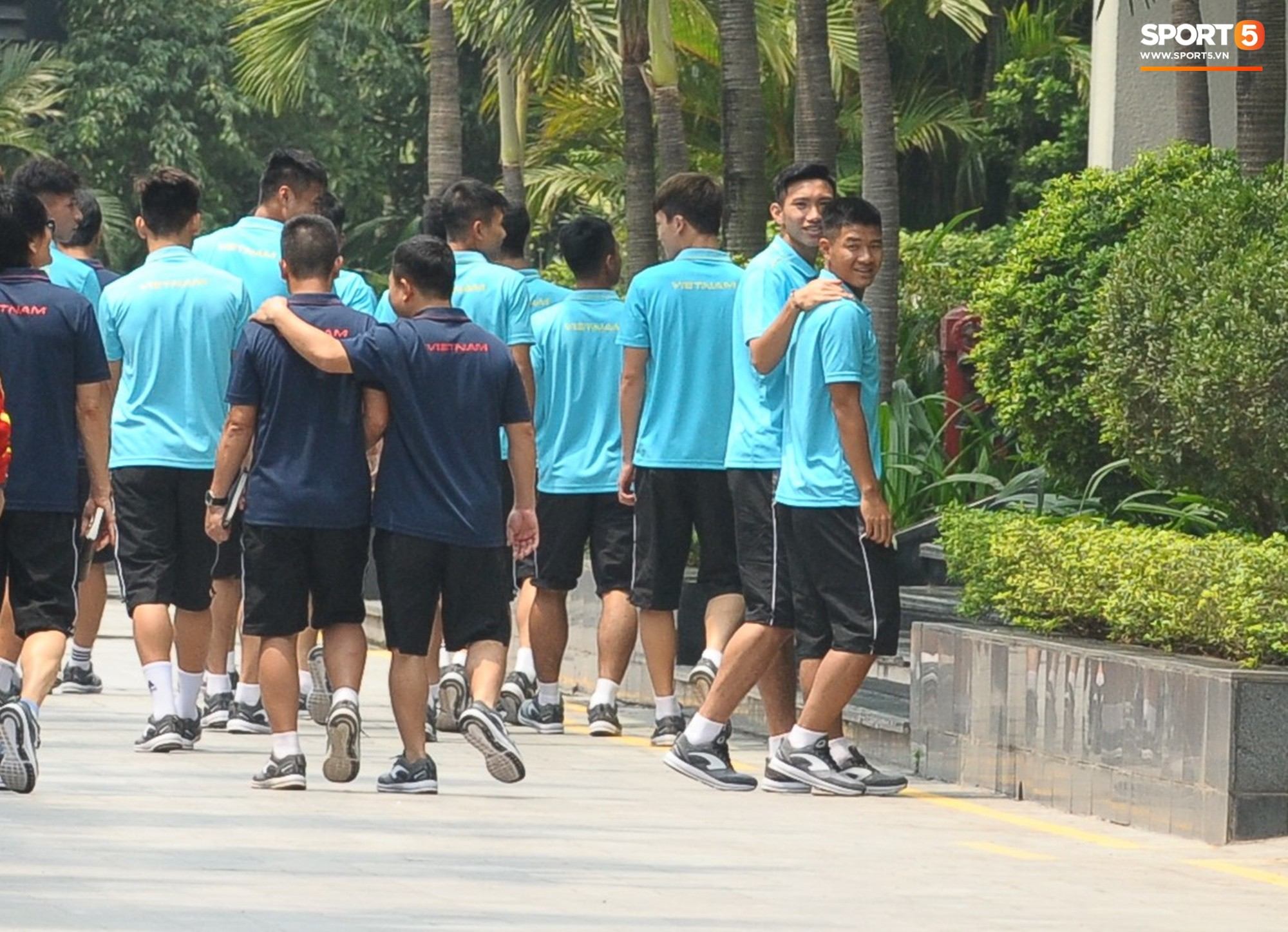 Quang Hải, Đình Trọng nhăn nhó khi đi bộ thể dục lúc 12h trưa-11