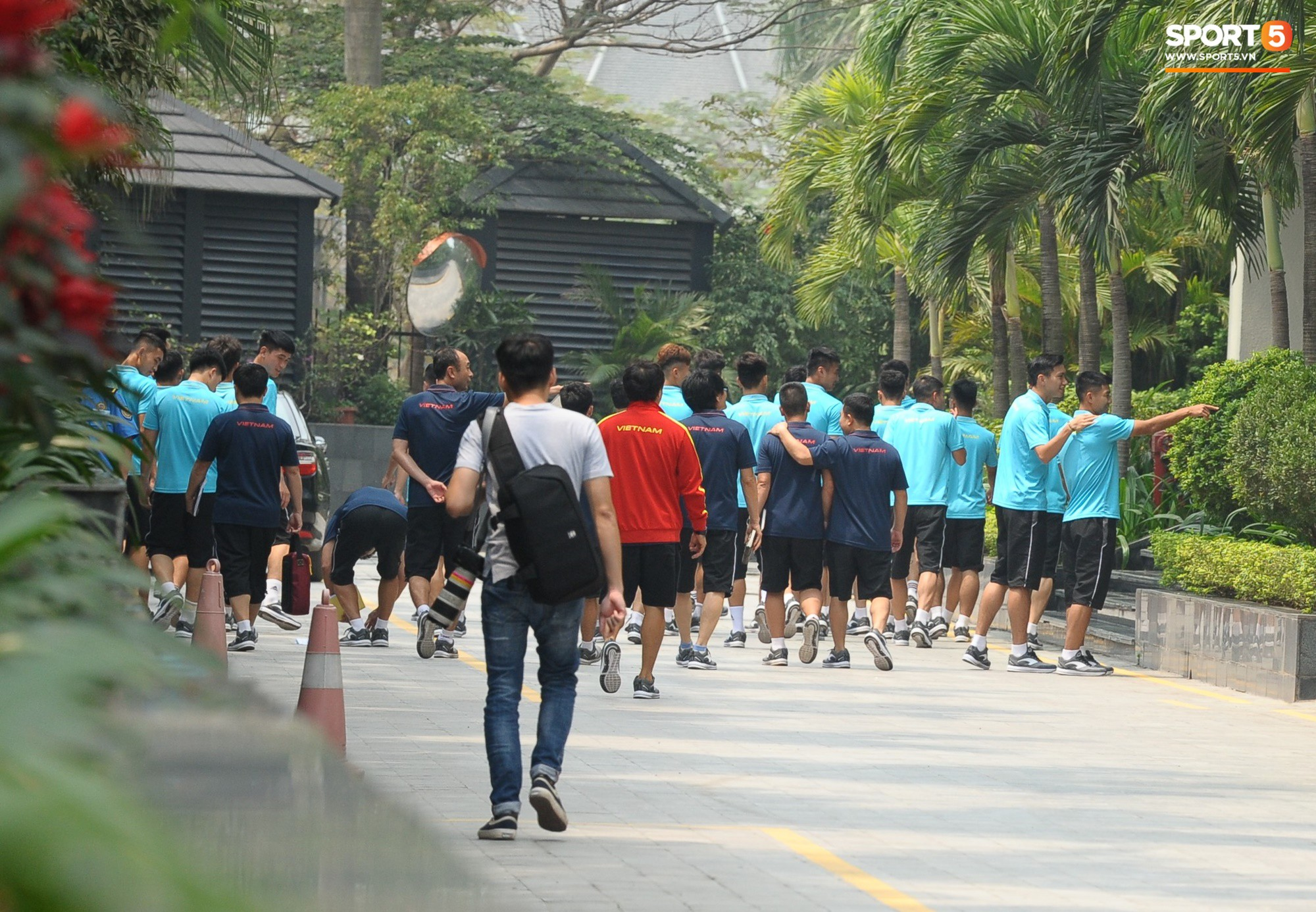 Quang Hải, Đình Trọng nhăn nhó khi đi bộ thể dục lúc 12h trưa-10