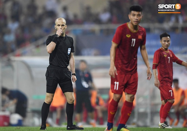 Hy hữu: Trọng tài điều khiển trận đấu của U23 Việt Nam suýt phải rời sân vì... chấn thương-1