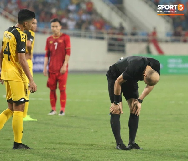 Hy hữu: Trọng tài điều khiển trận đấu của U23 Việt Nam suýt phải rời sân vì... chấn thương-2