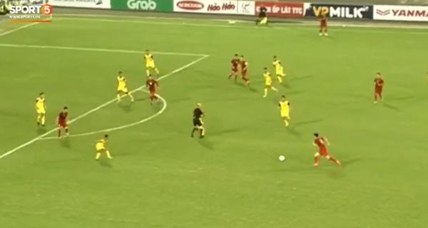 Hy hữu: Trọng tài điều khiển trận đấu của U23 Việt Nam suýt phải rời sân vì... chấn thương-3