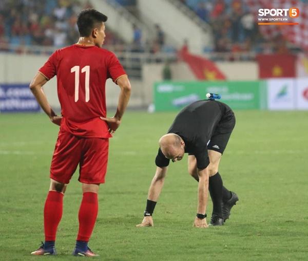 Hy hữu: Trọng tài điều khiển trận đấu của U23 Việt Nam suýt phải rời sân vì... chấn thương-4