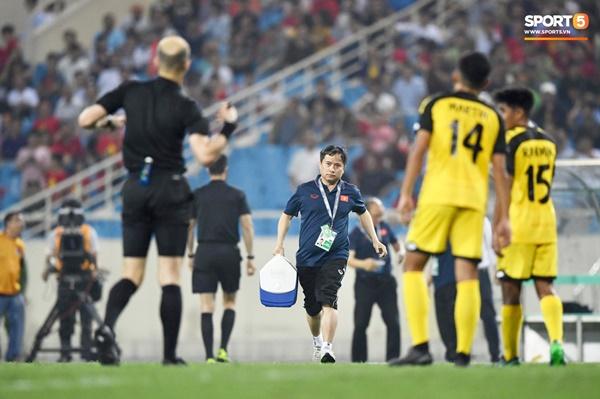 Hy hữu: Trọng tài điều khiển trận đấu của U23 Việt Nam suýt phải rời sân vì... chấn thương-5