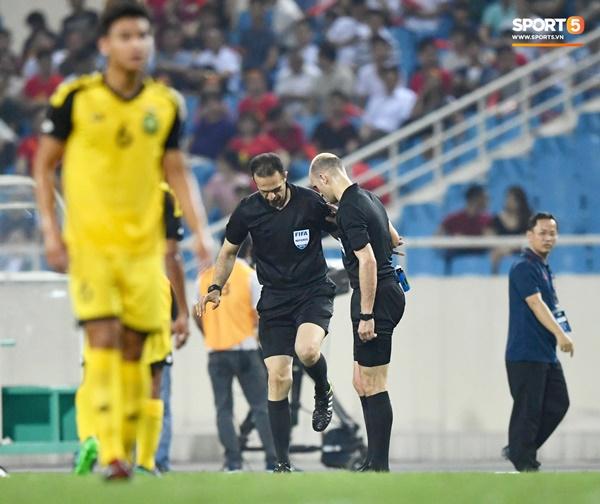 Hy hữu: Trọng tài điều khiển trận đấu của U23 Việt Nam suýt phải rời sân vì... chấn thương-7