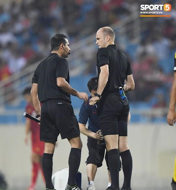 Hy hữu: Trọng tài điều khiển trận đấu của U23 Việt Nam suýt phải rời sân vì... chấn thương-8