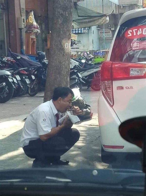 Hình ảnh người tài xế taxi ăn vội gói xôi bên vệ đường khiến dân mạng xót xa-2