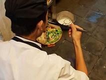 Chàng trai cầm bát mỳ ăn vội dưới góc bếp và nỗi niềm phía sau không phải ai cũng hiểu