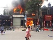 Nhiều nhà dân bốc cháy, người dân ném chai nước khoáng vào dập lửa