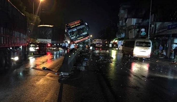 """Thanh Hóa: Xe khách nằm vắt vẻo"""" trên dải phân cách, 40 hành khách hoảng loạn-1"""