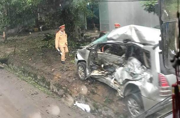 """Xe tải điên"""" tông trúng Innova chở 8 người, cháu bé Hàn Quốc tử vong-1"""
