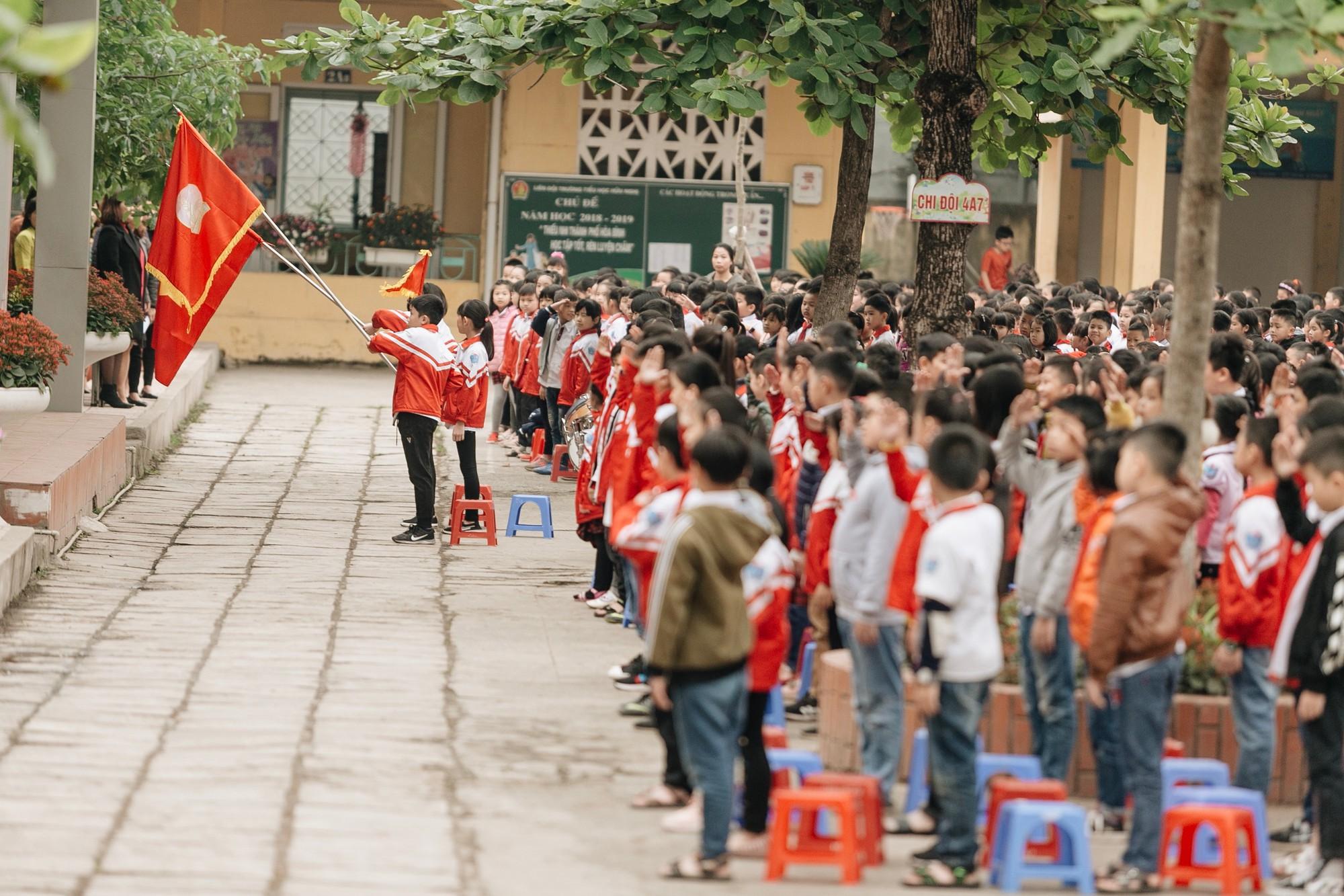 Buổi chào cờ lặng lẽ và phút mặc niệm ở mái trường nơi 8 em học sinh đuối nước thương tâm-5