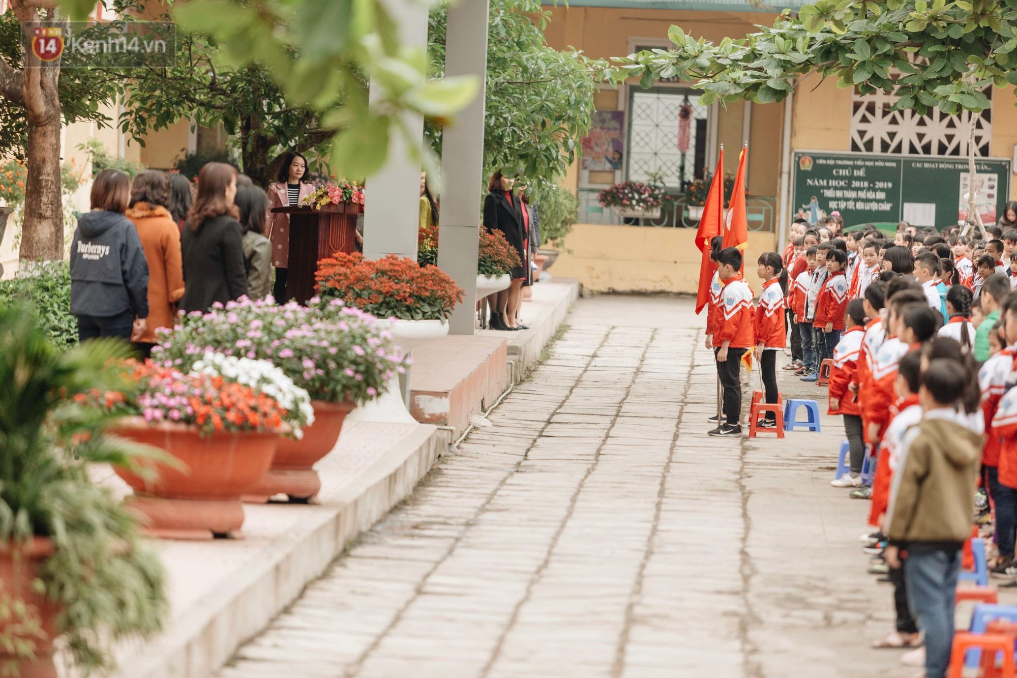 Buổi chào cờ lặng lẽ và phút mặc niệm ở mái trường nơi 8 em học sinh đuối nước thương tâm-6