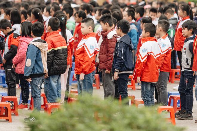 Buổi chào cờ lặng lẽ và phút mặc niệm ở mái trường nơi 8 em học sinh đuối nước thương tâm-7
