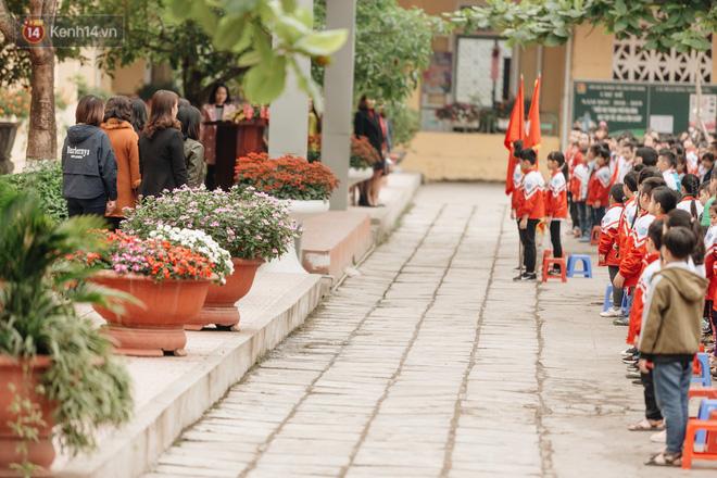 Buổi chào cờ lặng lẽ và phút mặc niệm ở mái trường nơi 8 em học sinh đuối nước thương tâm-9