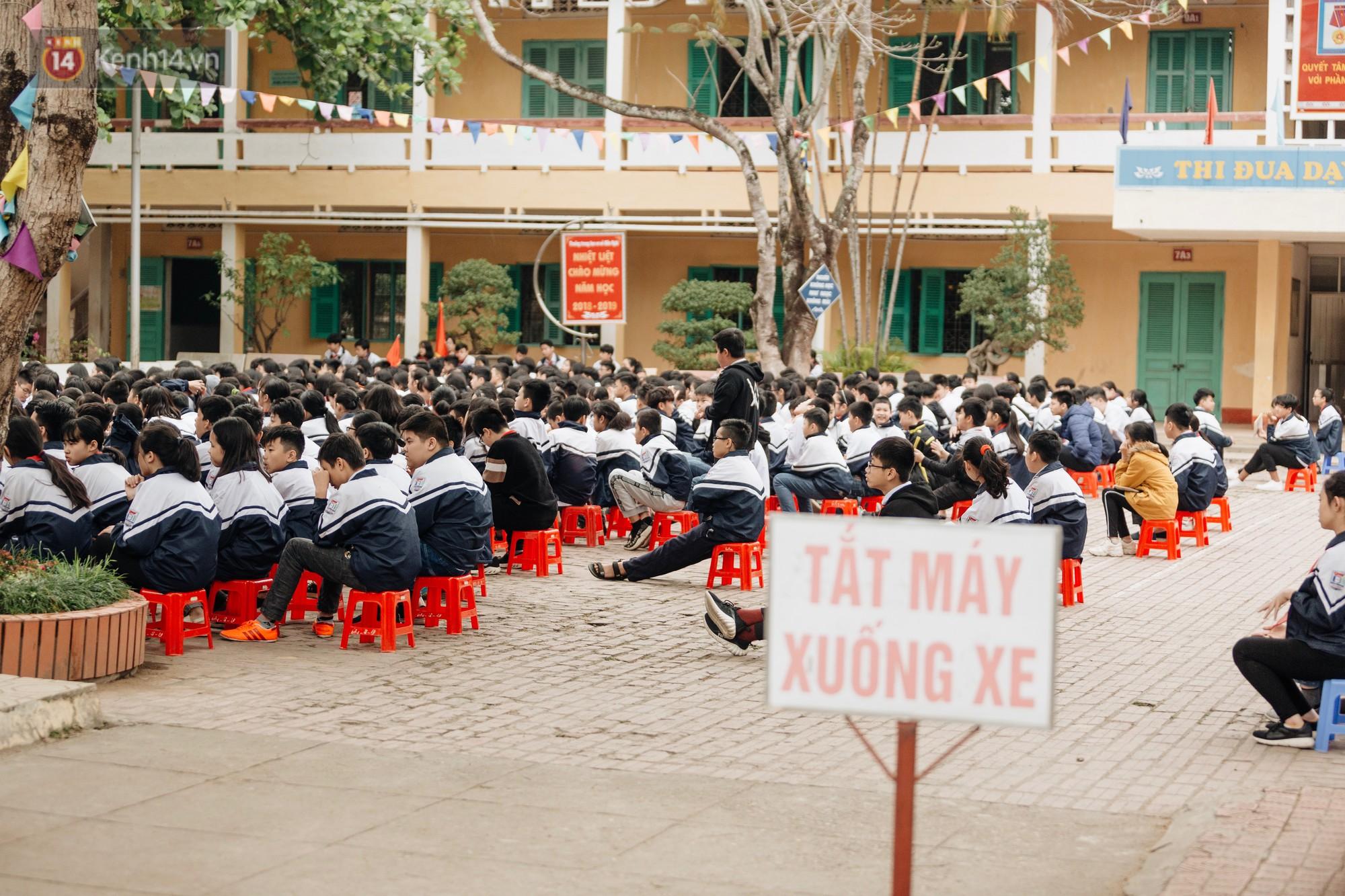 Buổi chào cờ lặng lẽ và phút mặc niệm ở mái trường nơi 8 em học sinh đuối nước thương tâm-12