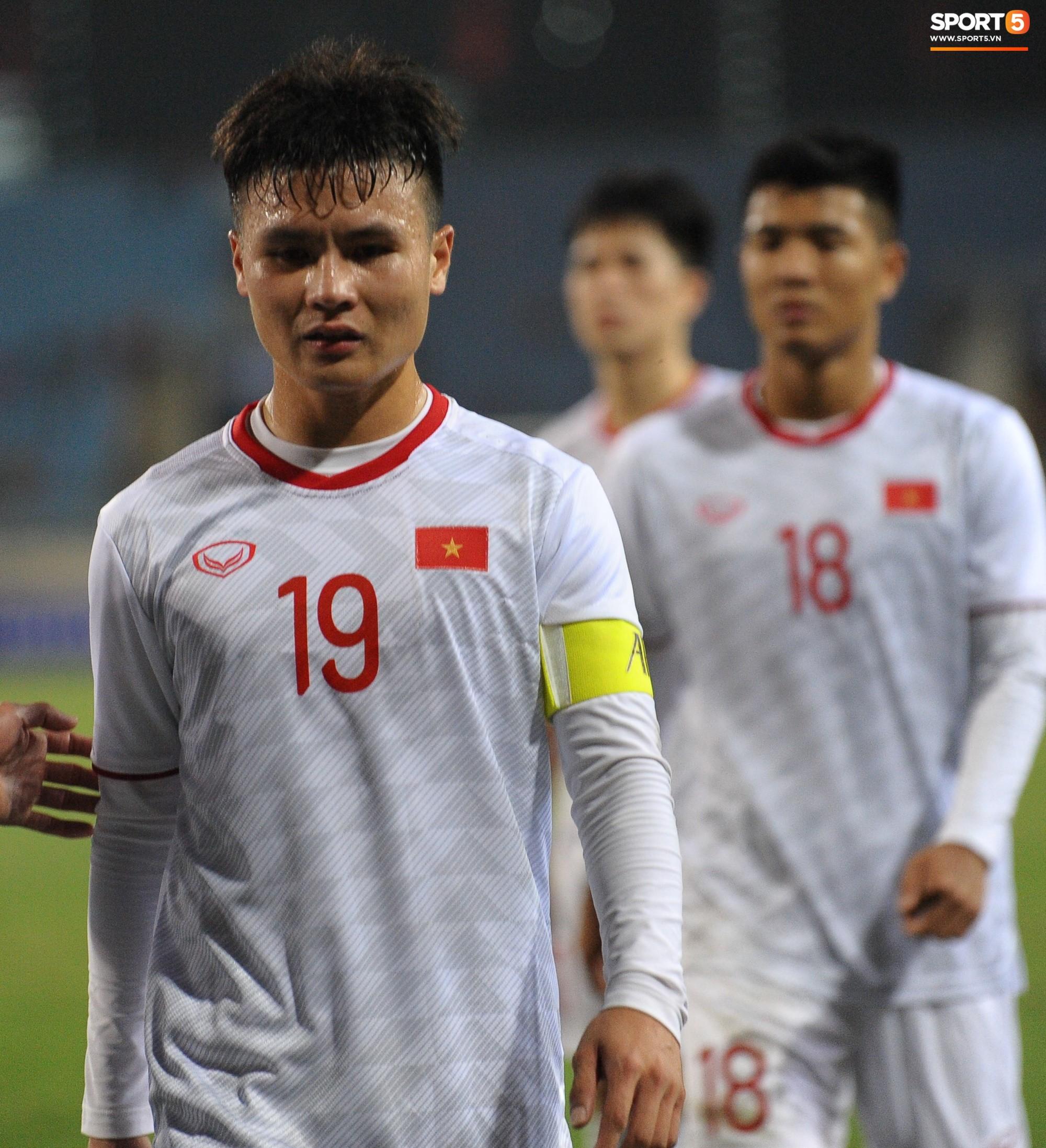 Quang Hải rớm nước mắt, tìm mẹ chia sẻ niềm vui sau chiến thắng Indonesia-1
