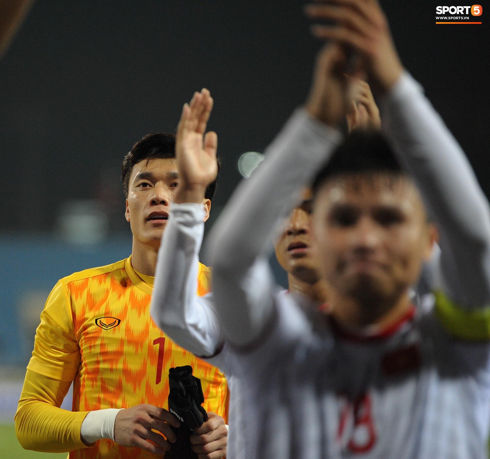 Quang Hải rớm nước mắt, tìm mẹ chia sẻ niềm vui sau chiến thắng Indonesia-4
