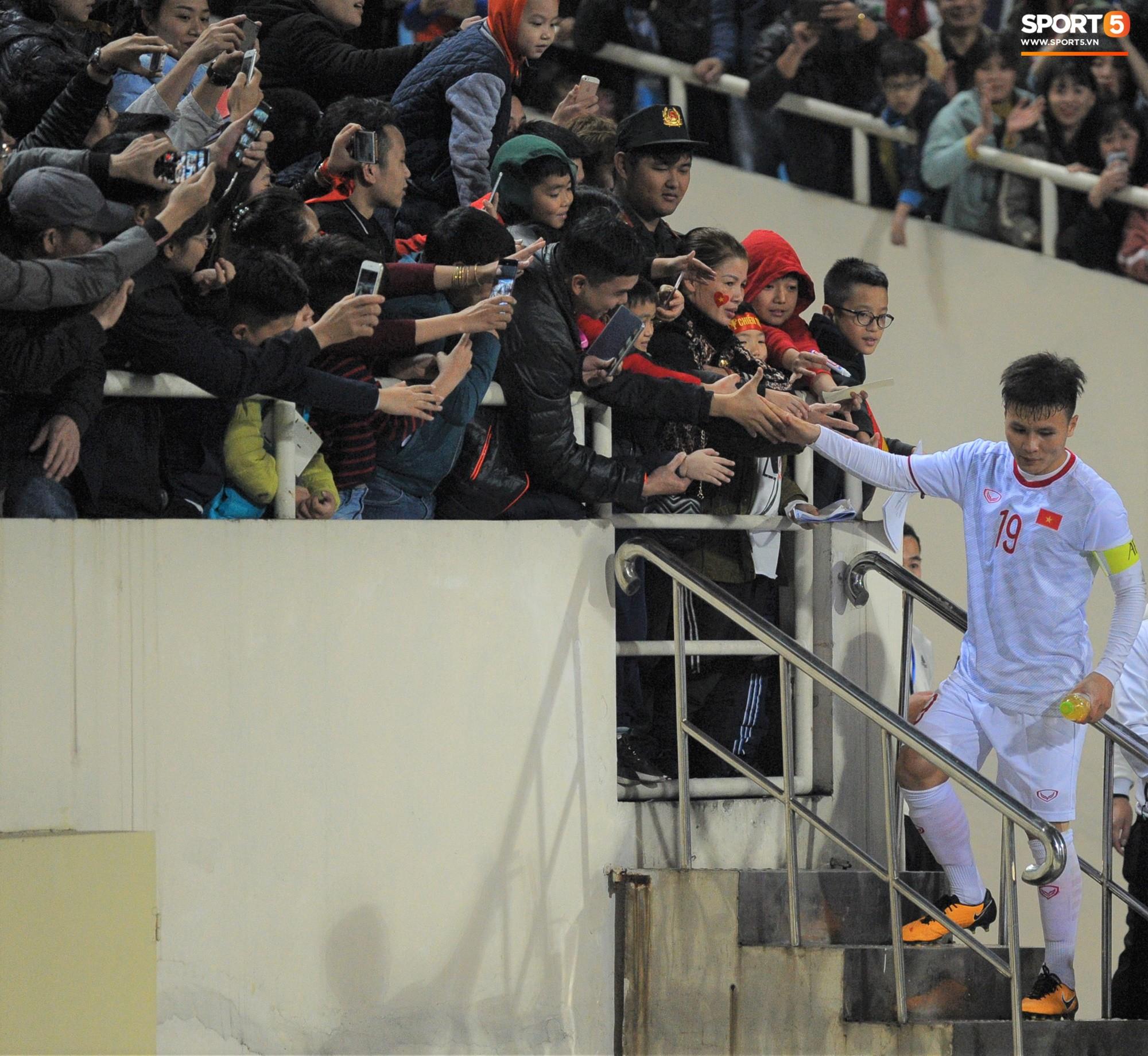 Quang Hải rớm nước mắt, tìm mẹ chia sẻ niềm vui sau chiến thắng Indonesia-5