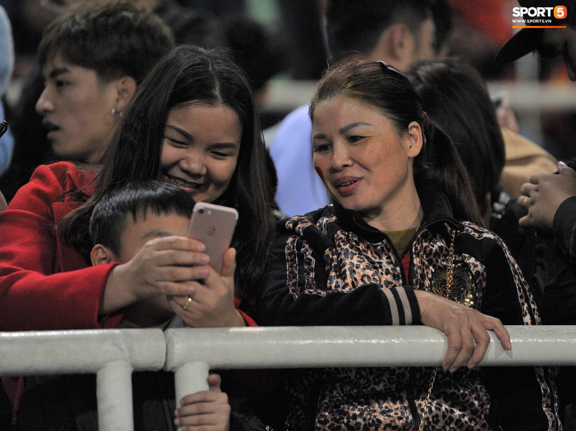 Quang Hải rớm nước mắt, tìm mẹ chia sẻ niềm vui sau chiến thắng Indonesia-7