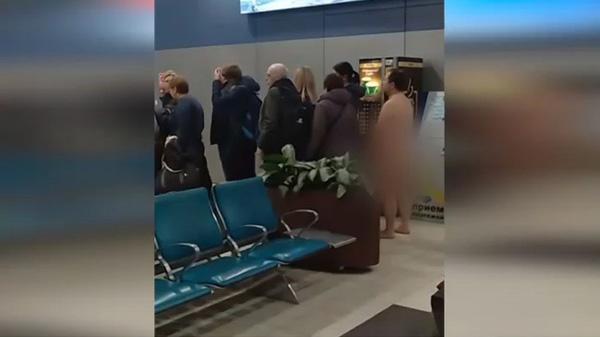 Giữa thanh thiên bạch nhật, người đàn ông khỏa thân xếp hàng chờ lên máy bay-1