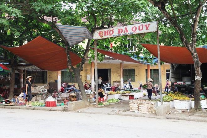 Chuyện lạ ở Việt Nam: Bán đá quý tiền tỷ tại chợ tạm ven đường-1
