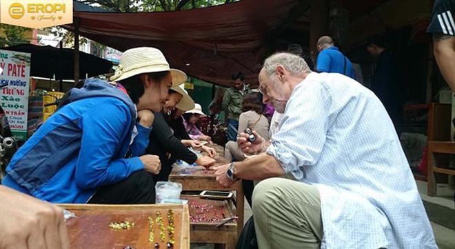 Chuyện lạ ở Việt Nam: Bán đá quý tiền tỷ tại chợ tạm ven đường-11