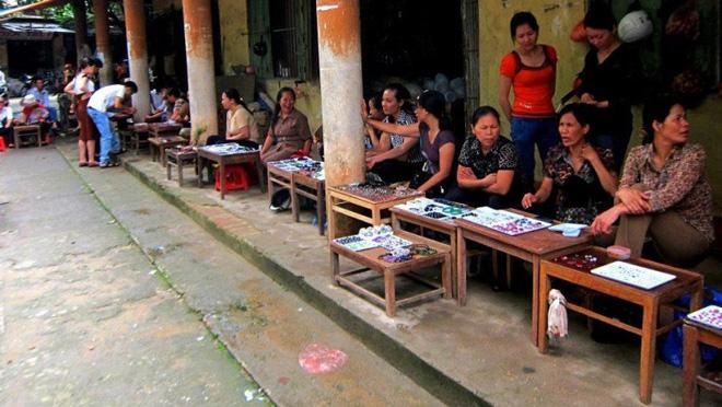Chuyện lạ ở Việt Nam: Bán đá quý tiền tỷ tại chợ tạm ven đường-13