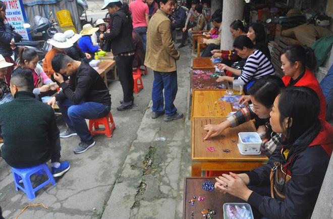 Chuyện lạ ở Việt Nam: Bán đá quý tiền tỷ tại chợ tạm ven đường-3
