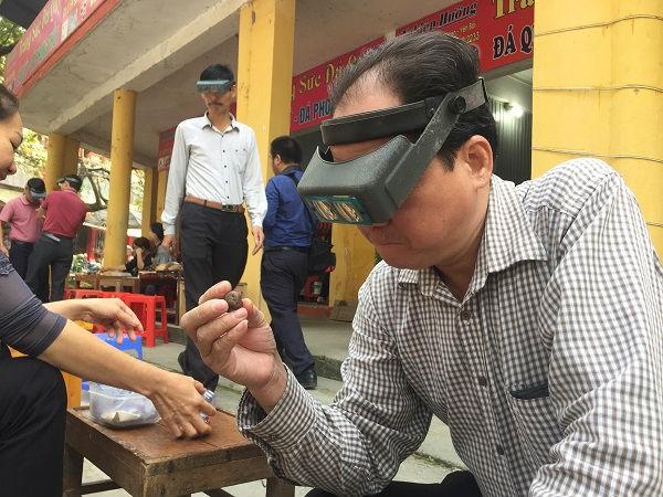 Chuyện lạ ở Việt Nam: Bán đá quý tiền tỷ tại chợ tạm ven đường-10