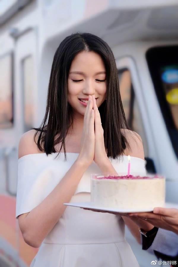 Hoa hậu thế giới Trương Tử Lâm xinh đẹp rạng ngời đón tuổi 35-1