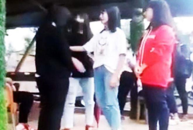 Nữ sinh lớp 8 bị 3 học sinh chặn đường đánh hội đồng-1
