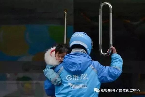 Loạt ảnh người bố đơn thân hàng ngày chở theo con gái đi ship đồ khiến cộng đồng mạng xúc động-2