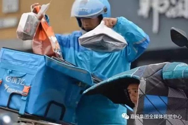 Loạt ảnh người bố đơn thân hàng ngày chở theo con gái đi ship đồ khiến cộng đồng mạng xúc động-3