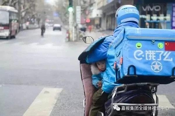 Loạt ảnh người bố đơn thân hàng ngày chở theo con gái đi ship đồ khiến cộng đồng mạng xúc động-5