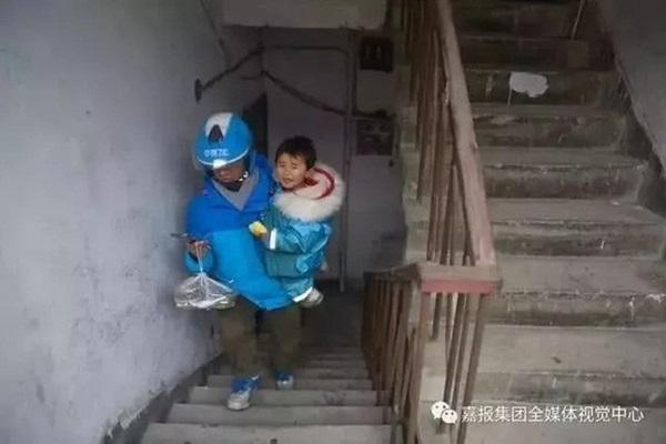 Loạt ảnh người bố đơn thân hàng ngày chở theo con gái đi ship đồ khiến cộng đồng mạng xúc động-10