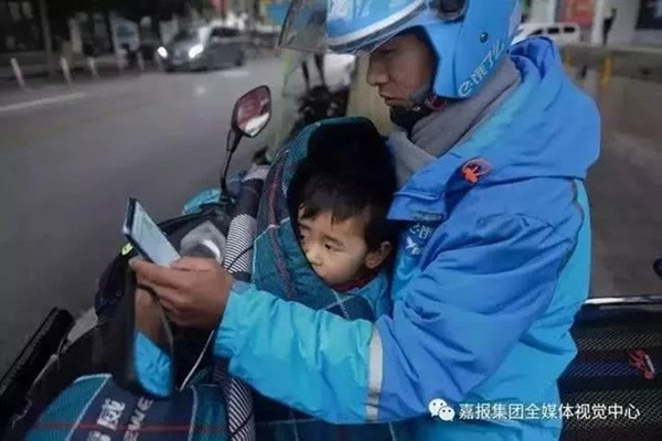 Loạt ảnh người bố đơn thân hàng ngày chở theo con gái đi ship đồ khiến cộng đồng mạng xúc động-11
