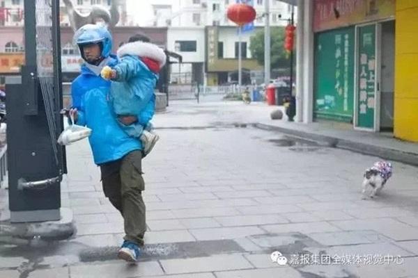 Loạt ảnh người bố đơn thân hàng ngày chở theo con gái đi ship đồ khiến cộng đồng mạng xúc động-6