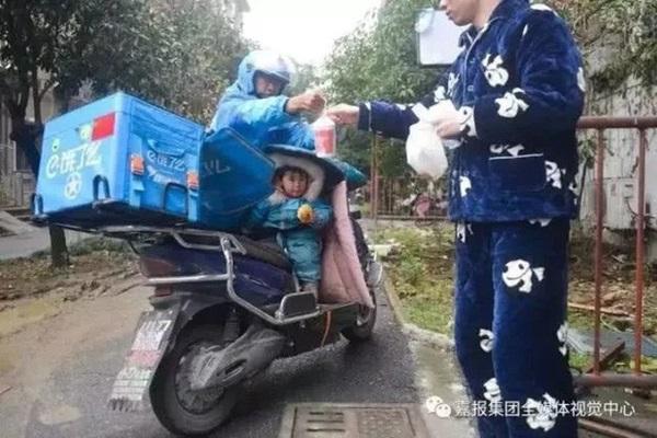 Loạt ảnh người bố đơn thân hàng ngày chở theo con gái đi ship đồ khiến cộng đồng mạng xúc động-7