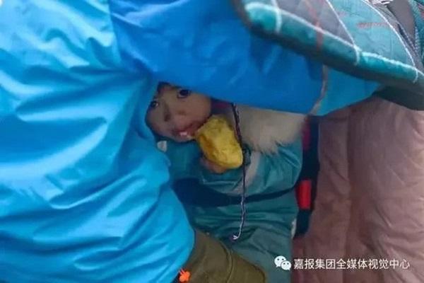 Loạt ảnh người bố đơn thân hàng ngày chở theo con gái đi ship đồ khiến cộng đồng mạng xúc động-9