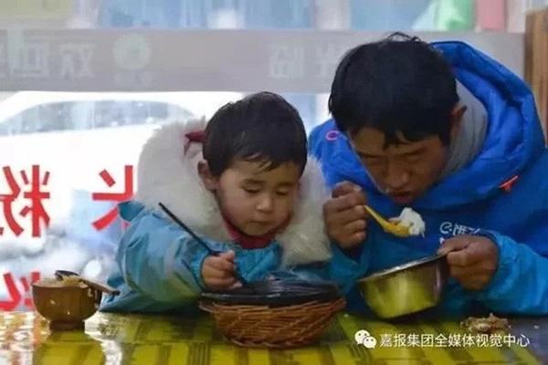 Loạt ảnh người bố đơn thân hàng ngày chở theo con gái đi ship đồ khiến cộng đồng mạng xúc động-12